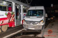 В Днепре микроавтобус въехал в толпу людей: есть пострадавшие