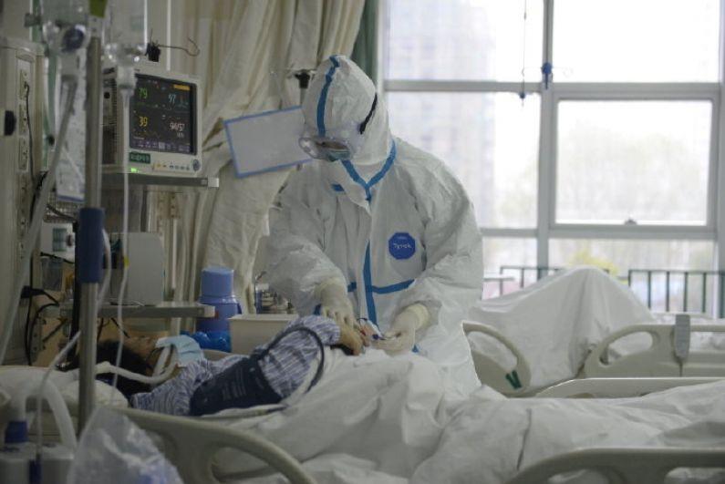 Медицинский персонал обследует пациента в Центральной больнице Уханя.