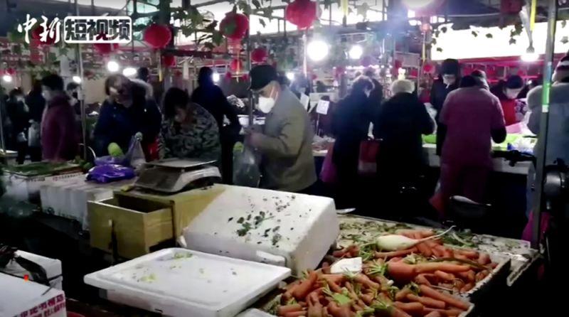 Покупатели на продовольственном рынке в Ухане. Кадр из видео, датированного 23 января 2020 года.