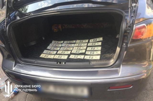 В Ровенской области патрульного задержали на взятке в две тысячи долларов