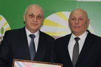 Глава Усть-Ишимского района (слева) с министром сельского хозяйства и продовольствия Омской области Николаем Дрофой.