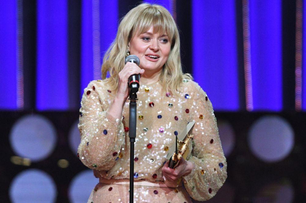 Актриса Анна Михалкова получает приз вноминации «Лучшая женская роль нателевидении» зафильм «Шторм»