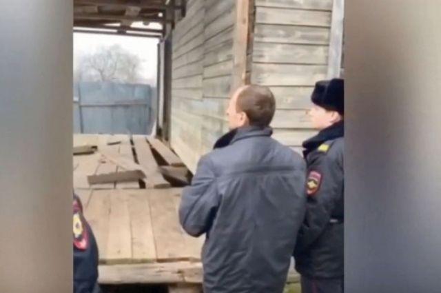 Краснощёков даёт показания на месте происшествия - у повреждённого гранатой крыльца собственного дома. Кадр оперативной съёмки.