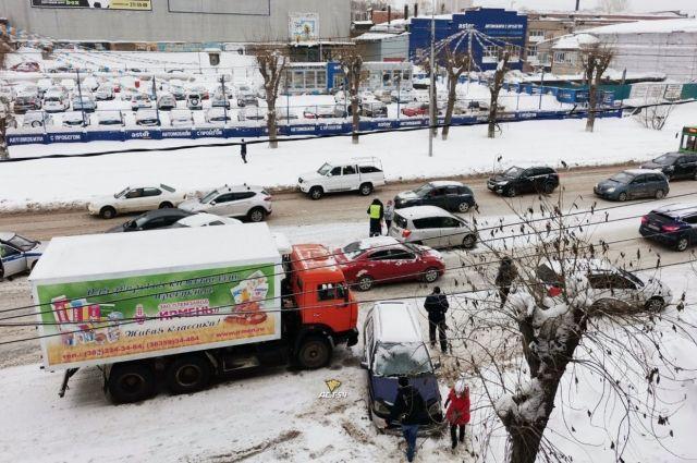Авария вызвала затор в сторону движения на Первомайку.