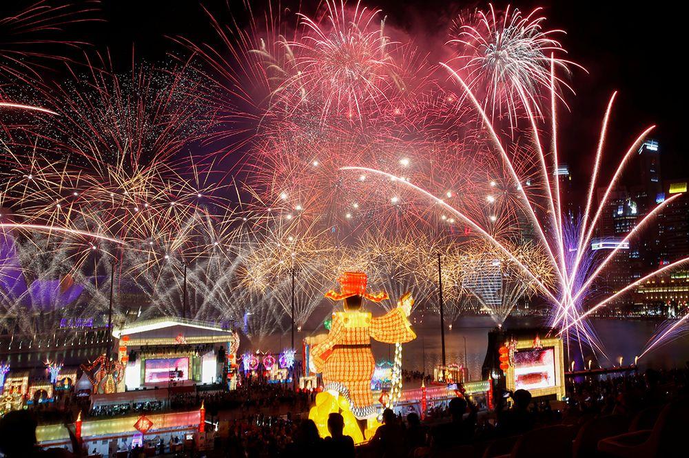 Фейерверки во время празднования китайского Нового года в Сингапуре.