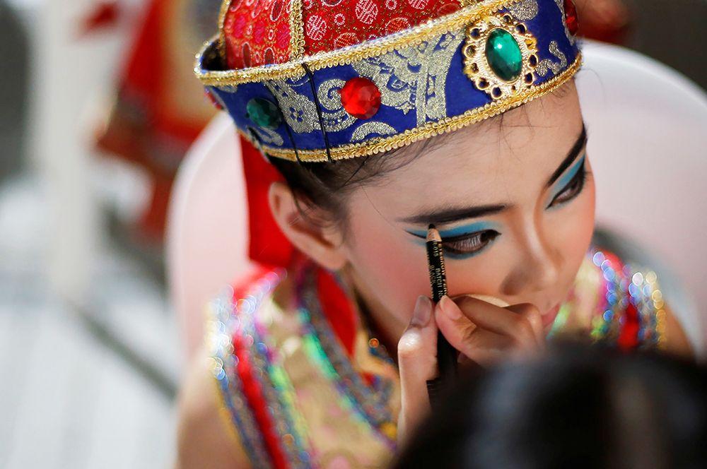 Артисты готовятся к празднованию китайского Нового года в Сингапуре.