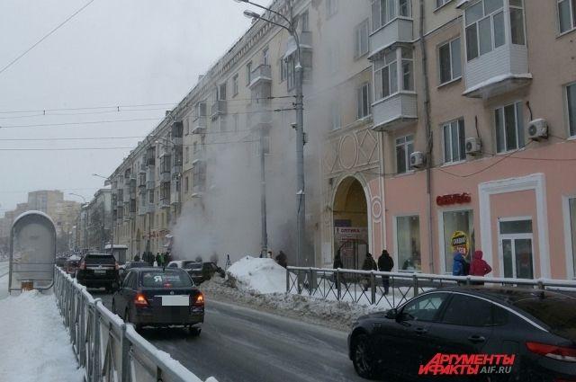 По предварительной информации, причиной коммунальной аварии стал дефект тепловой камеры.