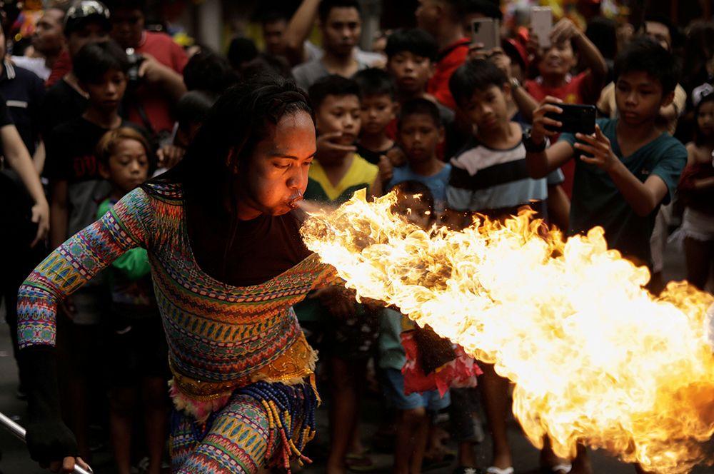 Шоу с огнем во время празднования Нового года в китайском квартале Манилы, Филиппины.