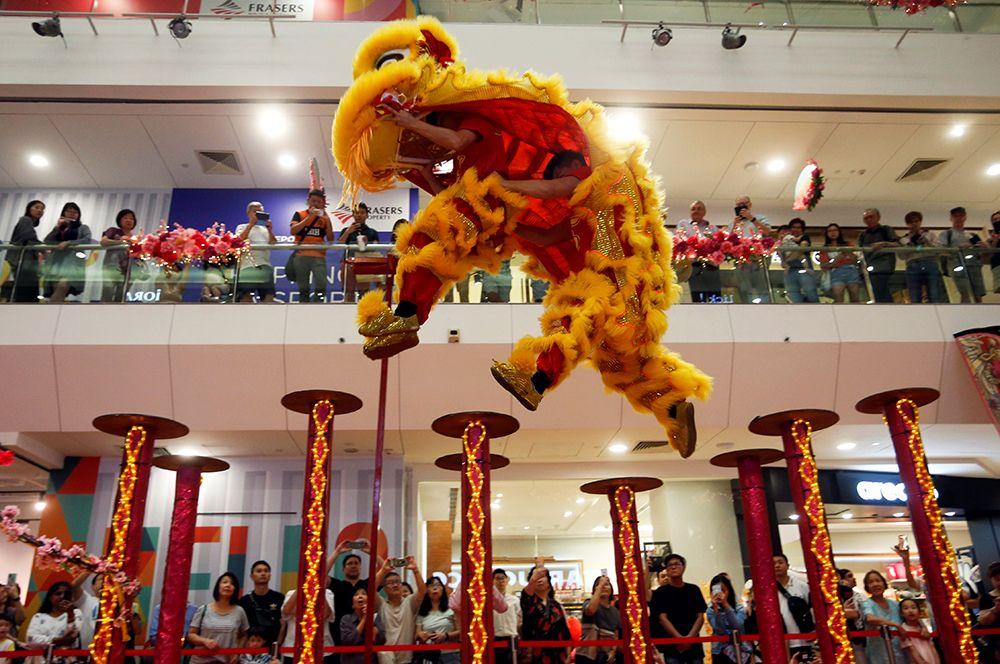Танец львов в торговом центре в Сингапуре.