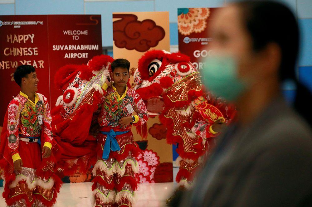 Артисты в костюмах встречают прибывающих туристов в аэропорту Суварнабхуми в Бангкоке, Таиланд.