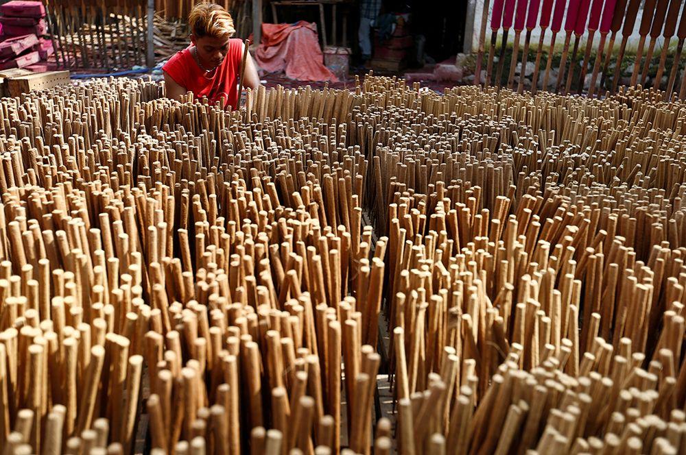 Рабочий на фабрике благовоний в преддверии празднования китайского Нового года в Тангеранге, Индонезия.