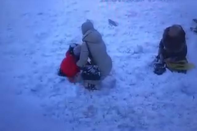 Женщина получила травму от снега, сошедшего с крыши.