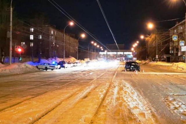 Автомобиль, который въехал в машину пострадавшего, ехал на запрещающий сигнал светофора.
