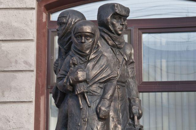 Памятник скульптора Голованцева, установлен в  Омске в 2014 году.