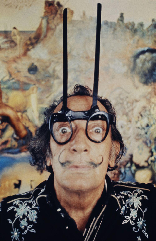 Сальвадор Дали в «телепатических очках» в своей студии в Порт-Льигате. 1968