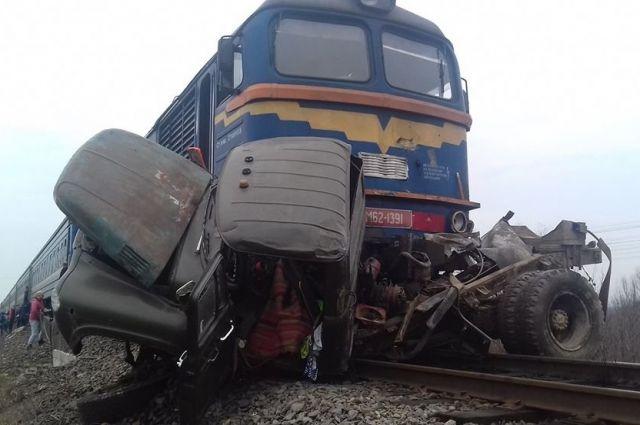 В Закарпатской области поезд протаранил грузовик