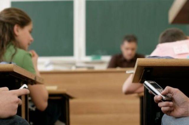 В Раде планируют запретить школьникам пользоваться мобильными телефонами