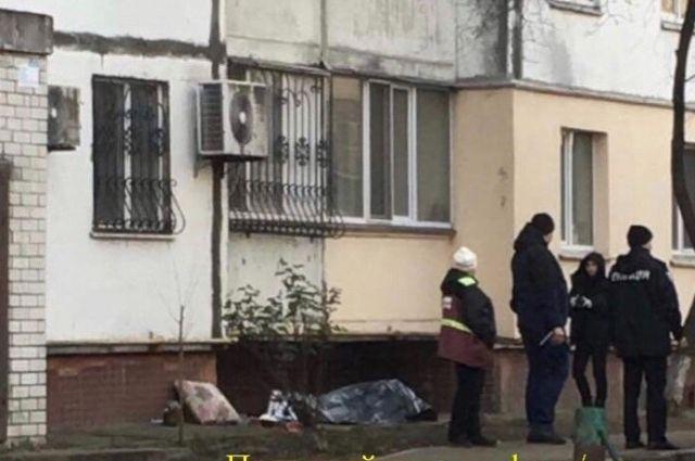 В Киеве под балконом жилого дома обнаружили труп