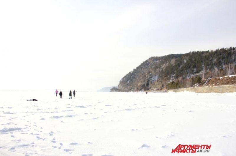 В это время туристам позволяют погулять по льду, сфотографироваться, пообщаться с местными жителями.