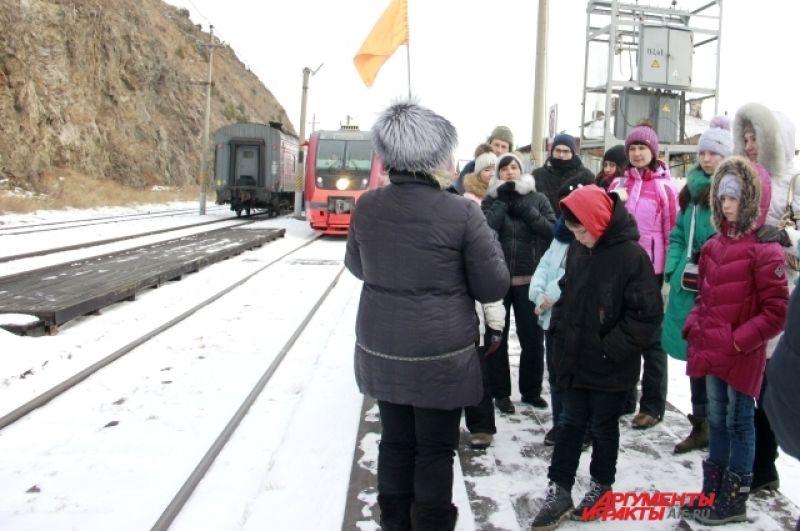 Чтобы пассажиры не потерялись, гид всю поездку носит с собой оранжевый флажок, которым обозначает свое местоположение.