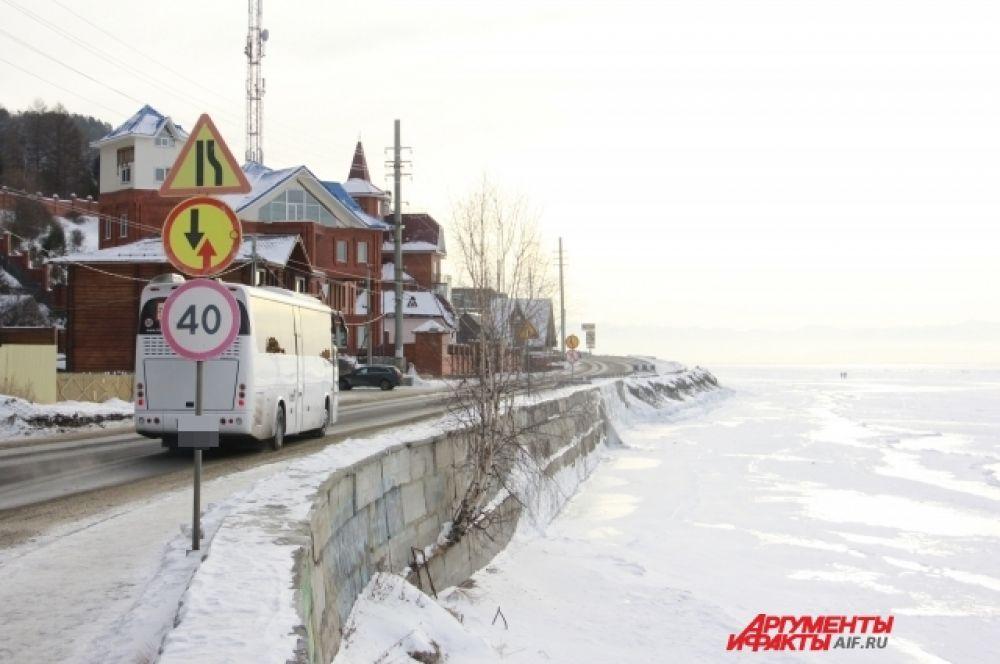 Один из маршрутов на КБЖД называется «Зеркальный»: из Иркутска туристов автобусом привозят в поселок Листвянка, затем на хивусах перевозят до станции «Порт Байкал», где их уже ждет рельсовый автобус.