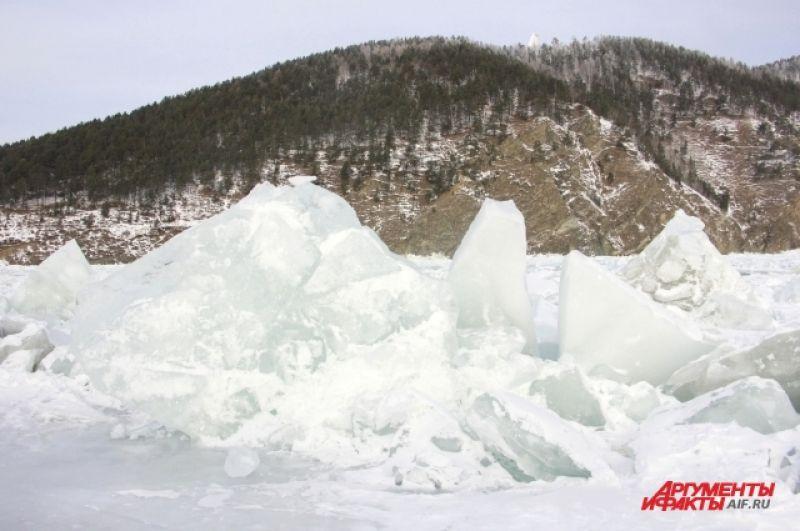 По дороге в «Порт Байкал» туристы смогут полюбоваться знаменитыми байкальскими торосами.