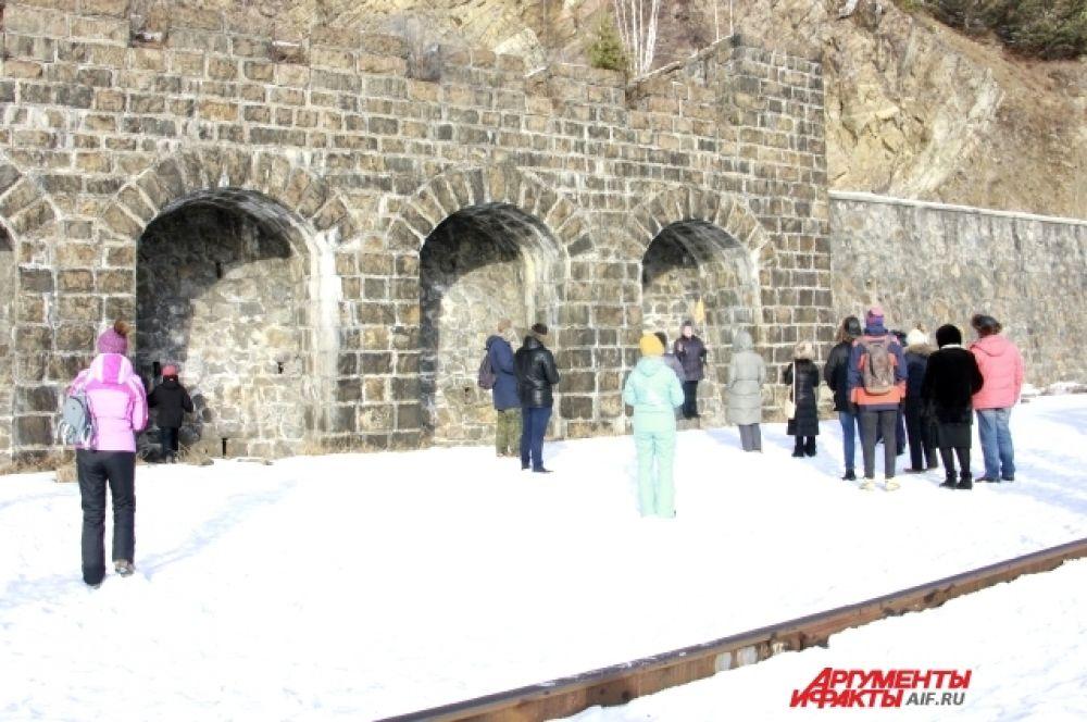 Опытный экскурсовод расскажет туристам об истории создания каждого из тоннелей.