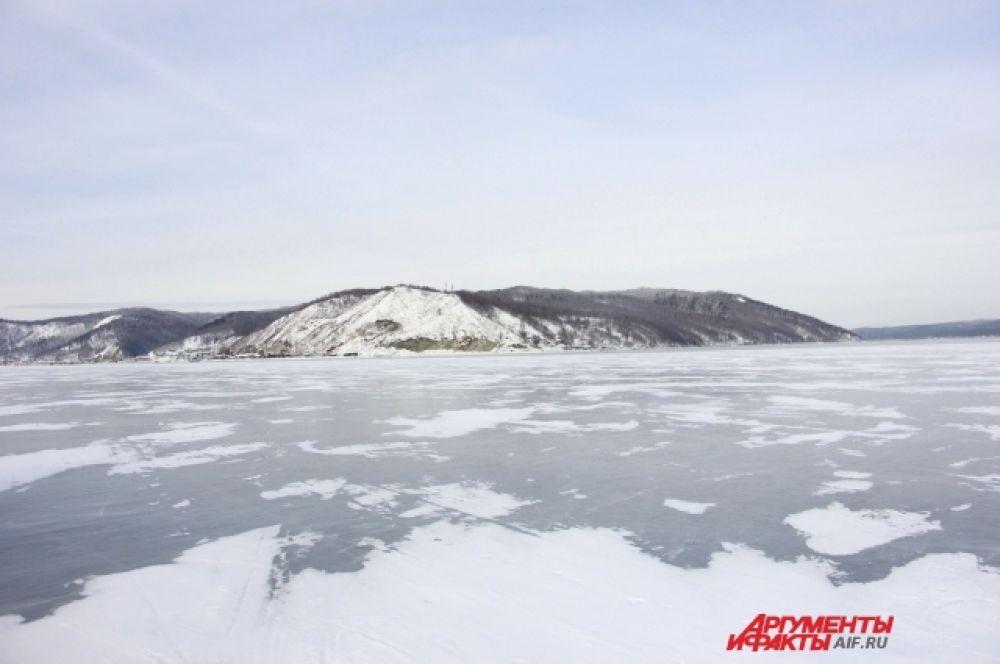 Местами лед озера припорошило снегом.