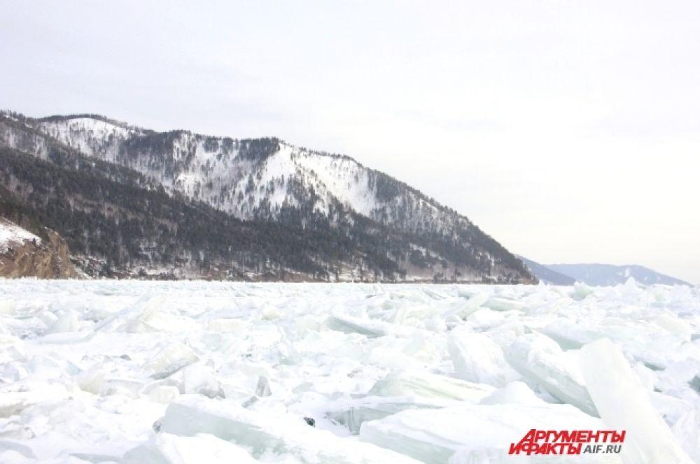 Как рассказал капитан хивуса, в этом году на Байкале большое количество торосов и трещин.