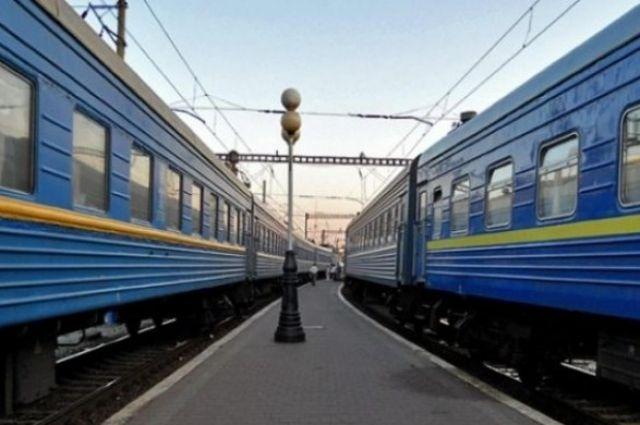 В Черкасской области мужчины избили дежурную по переезду