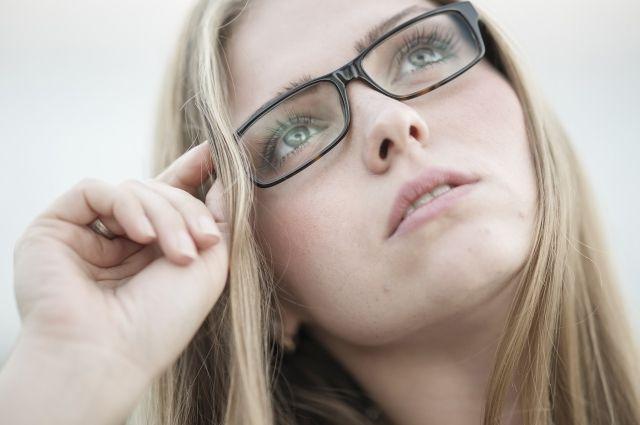Несколько раз в день рекомендуется делать зарядку для глаз.