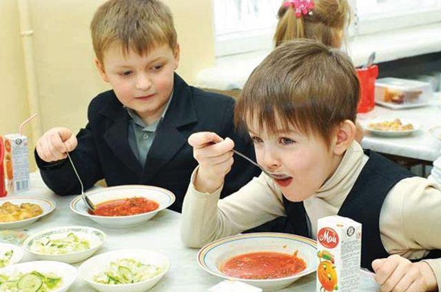 Все 220 тысяч детей, которые занимаются в начальных классах, получают горячие  завтраки бесплатно, около трети - и обеды.