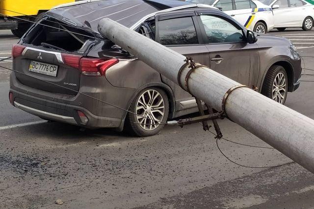 Во Львове на троллейбус и авто упали две железобетонные опоры