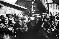 Первые минуты после освобождения Освенцима Советской армией.