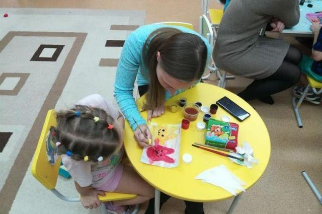 Вместе с педагогом раз в неделю воспитанники детского сада посещают детский психоневрологический интернат «Подсолнух».