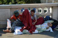 Семья мигрантов на набережной Сены в Париже.