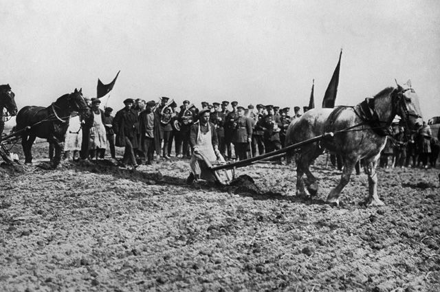 Торжественный выезд на пахоту в колхозе «Новая жизнь» Коломенского района Подмосковья, апрель 1931 г.