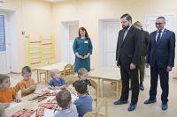 Алексей Островский осмотрел групповые комнаты, оценил их оснащение и условия для учебно-воспитательного процесса, а также пообщался с ребятами.