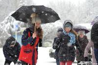 Взрослых людей в плохую погоду из дома не вытащишь. А дети готовы гулять на улице и в проливной дождь, и в снегопад.