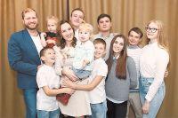 Мария Львова-Белова и её муж Павел Когельман с родными и приёмными детьми.