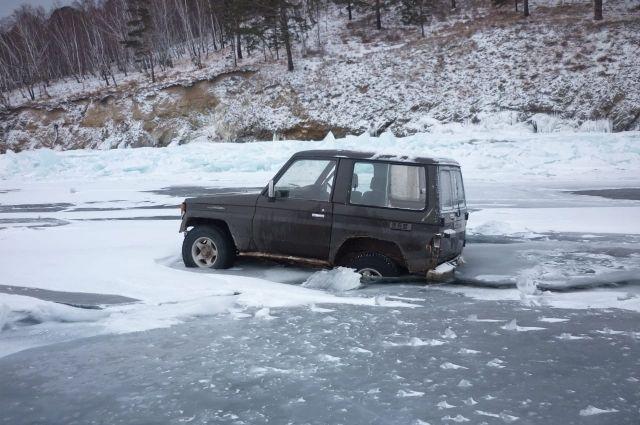 Мужчины решили перебраться из Котов в Листвянку ночью по льду.