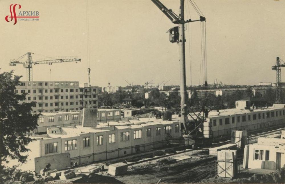 Строительство многоэтажных домов у железнодорожного моста в районе шоссе Космонавтов и улицы 3-й Ключевой, 11 августа 1967 г.
