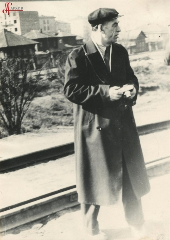 Валерий Владимирович Реймерс с фотоаппаратом на улице Коммунистической. 1965 г.