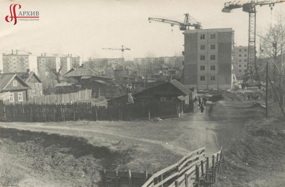 Строительство первых пятиэтажных домов по улице Плеханова, мостик через Данилиху. 21 мая 1968 г.