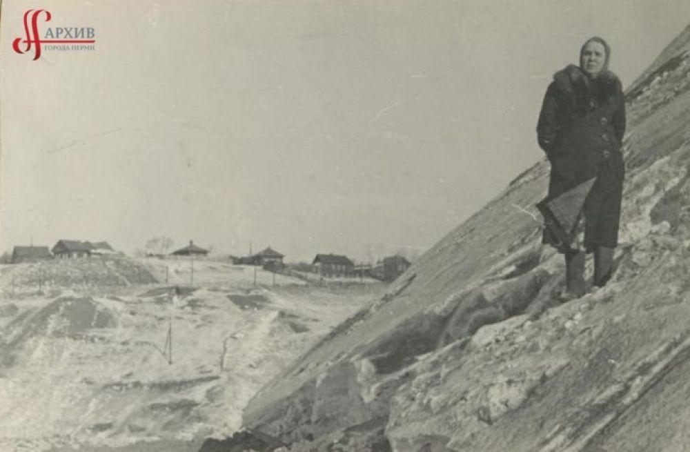 Елена Даниловна Реймерс (жена В.В. Реймерса) на склоне Северной дамбы. Идёт строительство (1-ая насыпь). 18-25 марта 1956 г.