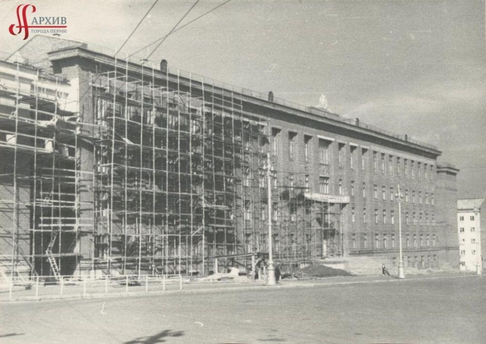 Строительство нового учебного корпуса Горного института на углу Комсомольского проспекта, 29 и улицы Большевистской, 1960-е гг.