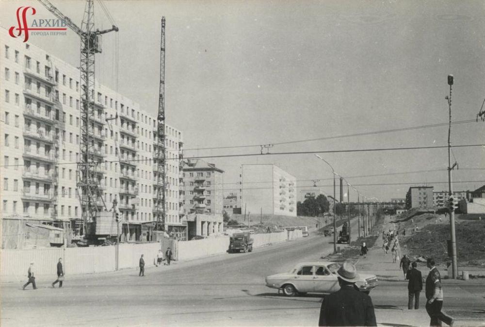 Строительство 9-этажного дома на углу улиц Крисанова, 19 и Ленина, 55. 10 июня 1974 г.