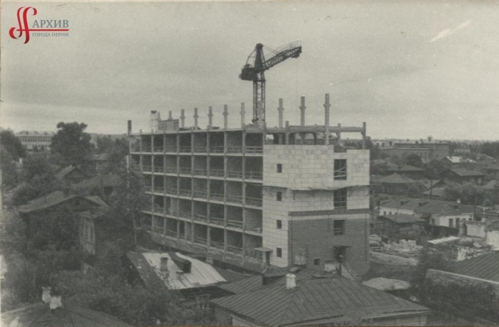 Строительство здания Дома Быта «Алмаз» по улице Куйбышева, 37. Август 1969 г.