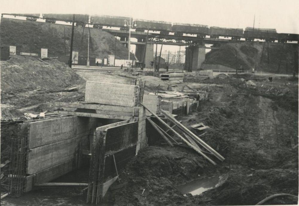 Площадь завода имени Дзержинского. На переднем плане речку Данилиху берут в подземную трубу, 1960-е гг.