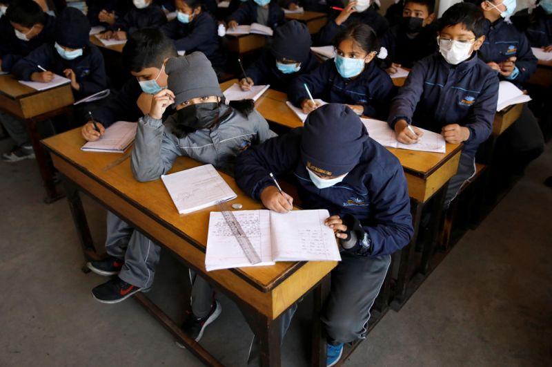 Непальские школьники после того, как Непал подтвердил первый случай заражением коронавирусом в стране.